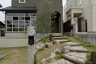 さんぽ道の先に佇む三角屋根のお家