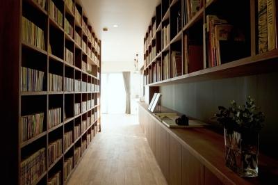 手作り家具に囲まれたヨーロッパの本屋を思わせる空間
