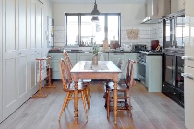 丸太梁×ロフトがある素敵なキッチンの家