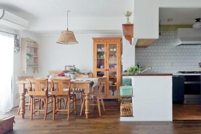 アンティークの小物と家具が映える色のある住まい