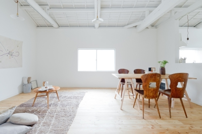 アンティークの扉や窓が素敵に馴染む白い家